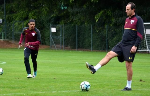 Brenner ganhou atenção especial de Rogério Ceni no treinamento (Foto: Érico Leonan / saopaulofc.net)