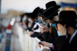 Judeus celebram o ritual de purificação do Tashlich um dia antes do Yom Kippur em Ashdod, Israel, nesta quinta-feira (24), em meio à decisão do governo de endurecer o novo lockdown — Foto: Amir Cohen/Reuters