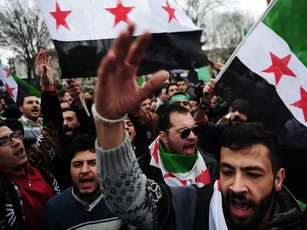 Sírios e turcos protestam contra o regime de Bashar al-Assad em Istambul, no domingo (15) (Foto: AFP Photo/Ozan Kose)