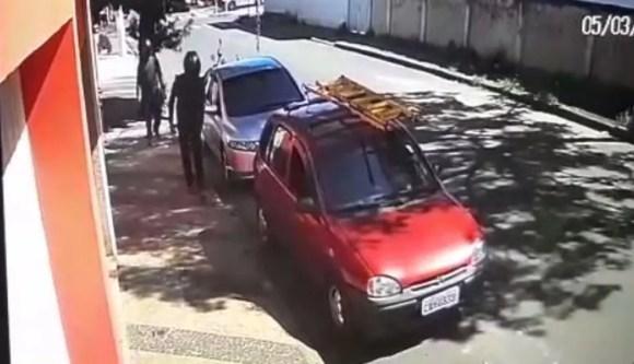 Suspeitos chegam de carro para assaltar funerária em Aguaí — Foto: Reprodução