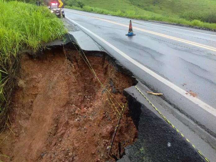 Terra cedeu e derrubou acostamento na BR-101 — Foto: Divulgação/PRF
