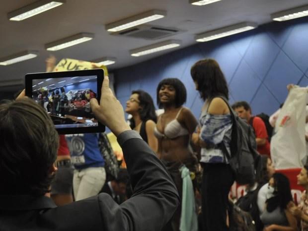 Vereador fotografa manifestantes que ocuparam plenário da Câmara de Campinas (Foto: Lana Torres / G1)