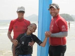 Professores de Rapha após uma aula de surf (Foto: Mariane Rossi/G1)