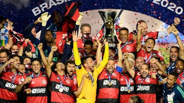 Flamengo levanta a taça de campeão brasileiro de 2020