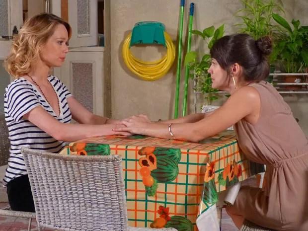 Carolina insiste na ideia de ir morar com Juliana (Foto: Guerra dos Sexos / TV Globo)