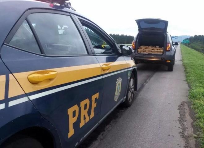 PRF apreende 295 quilos de drogas em porta-malas de carro em Palhoça na manhã deste domingo (30) — Foto: PRF/Divulgação