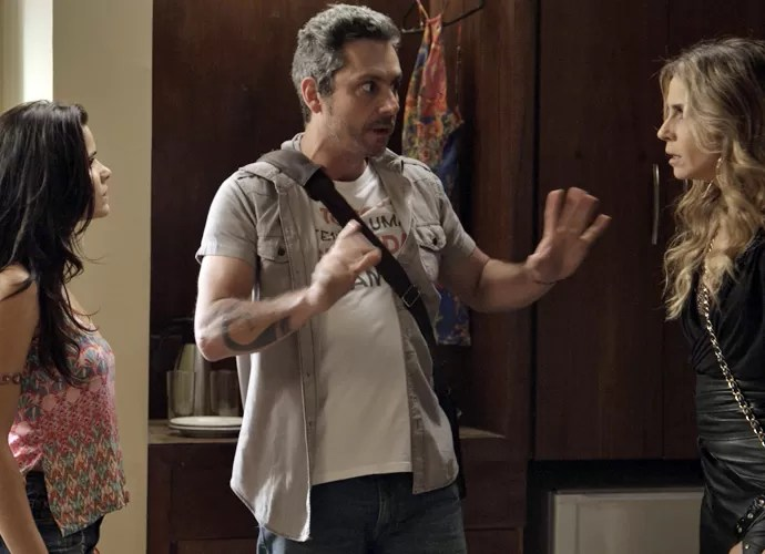 Romero tenta acalmar Tóia e Atena (Foto: TV Globo)