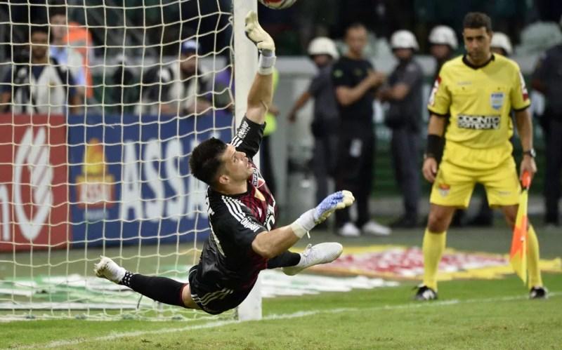 Tiago Volpi defende pênalti cobrado por Zé Rafael — Foto: Marcos Ribolli
