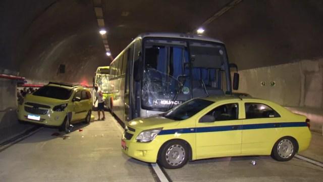 Acidente envolveu ônibus e carros — Foto: Reprodução/TV Globo