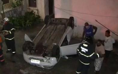Carro caiu em terreno de casa no bairro Daniel Lisboa, em Salvador — Foto: Reprodução/TV Bahia