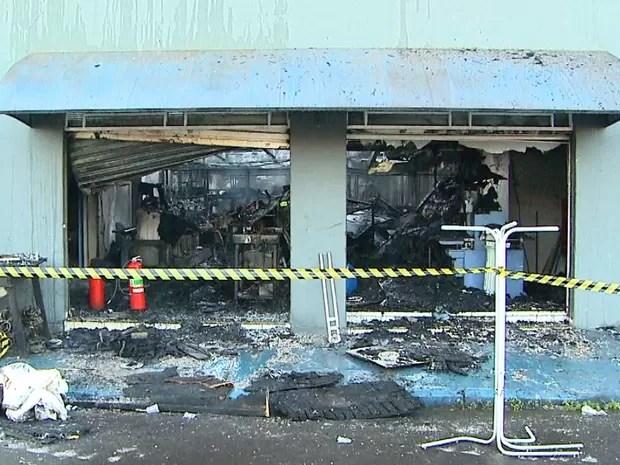 Estrutura do prédio foi comprometida e imóvel precisará ser demolido, segundo bombeiros.  (Foto: Paulo Souza/EPTV)