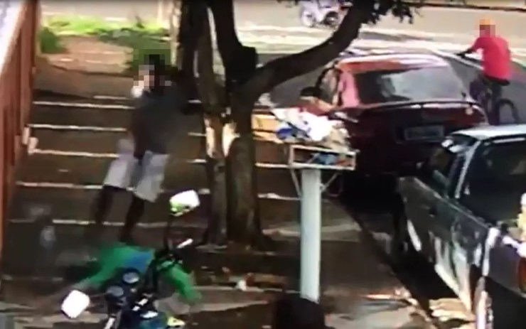 Mesmo no chão, vítima continua sendo baleada (Foto: Reprodução/TV TEM)
