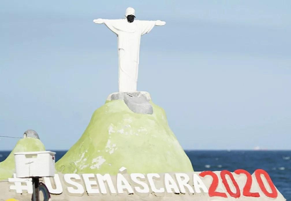Escultura do Cristo com máscara em Copacabana, na Zona Sul, orienta o uso de proteção facial  — Foto: Marcos Serra Lima/G1