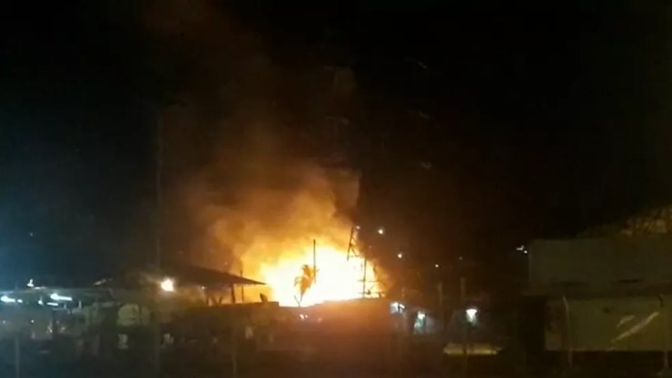 Incêndio atingiu um galpão do Aeroporto de Guarulhos na madrugada desta quarta-feira (14).  — Foto: Reprodução/TV Globo
