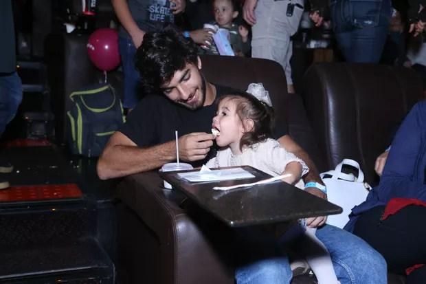 Hugo Moura, marido de Deborah Secco, levou Maria Flor, filha do casal, ao evento (Foto: Anderson Borde/AgNews)