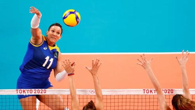 Tandara ataca para o Brasil contra a Sérvia em Tóquio — Foto: REUTERS/Carlos Garcia Rawlins