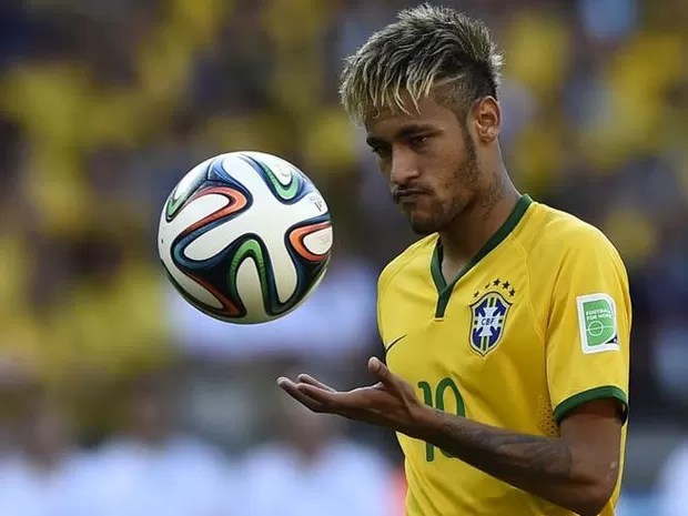 Neymar se prepara para bater pênalti em jogo contra o Chile (Foto: Reuters/Dylan Martinez)