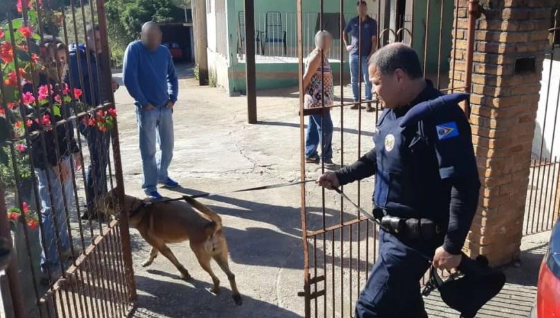 Cães da Guarda de Itupeva foram usados em buscas na casa do casal suspeito de envolvimento na morte da Vitória (Foto: Jomar Bellini/TV TEM)
