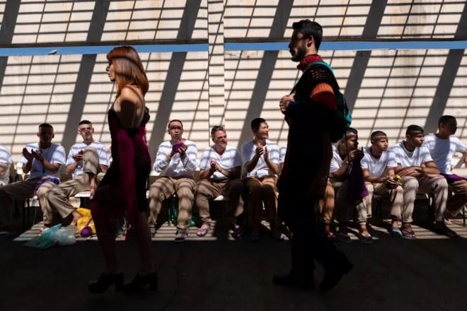 Detentos aplaudem o desfile de modelos com peças em crochê produziadas eles na penitenciária Adriano Marrey, em Guarulhos (SP) — Foto: Marcelo Brandt/G1