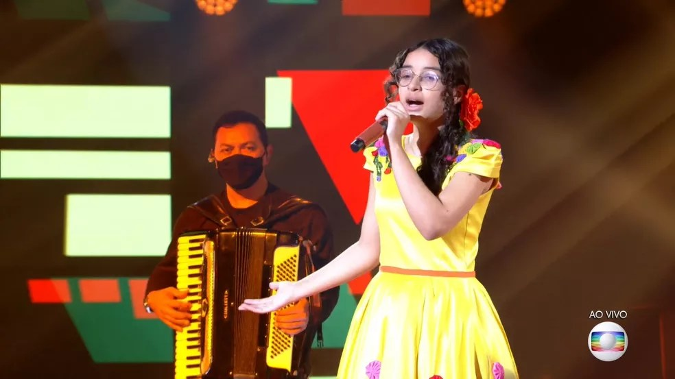Helloysa do Pandeiro se apresenta com 'De Volta Pro Meu Aconchego' no palco do 'The Voice Kids'.  — Foto: Reprodução/Globoplay