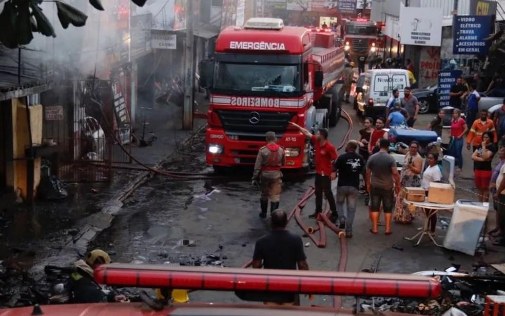 Incêndio na Vila Canaã destruiu quatro lojas de autopeças (Foto: Divulgação/Corpo de Bombeiros)
