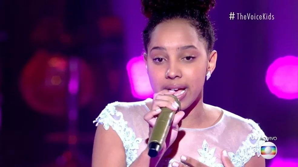 Isabelly Sampaio se apresentou com 'Madalena' no palco do 'The Voice Kids'. — Foto: Reprodução/Globoplay