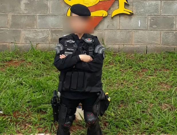 Menino de 10 anos exibe farda do Batalhão de Operações Especiais (Bope) da Polícia Militar do DF (Foto: Glaucia da Costa Silva/Arquivo pessoal)