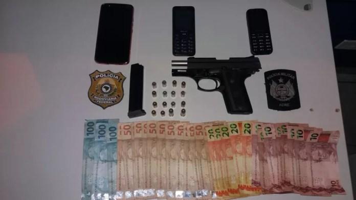 Arma, munições e dinheiro estavam dentro de veículo conduzido por foragidos do presídio (Foto: Divulgação/PRF-AC)