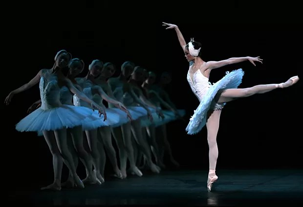 "Bailarinas do Balé Nacional da China ensaiam ""O Lago dos Cisnes"" no Theatre du Chatelet, em Paris, no dia 24 de setembro (Foto: Jacques Demarthon/AFP)"