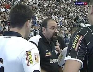 Técnico Corinthians, PC Oliveira, pede tempo durante a partida contra o Carlos Barbosa (Foto: Reprodução SporTV)