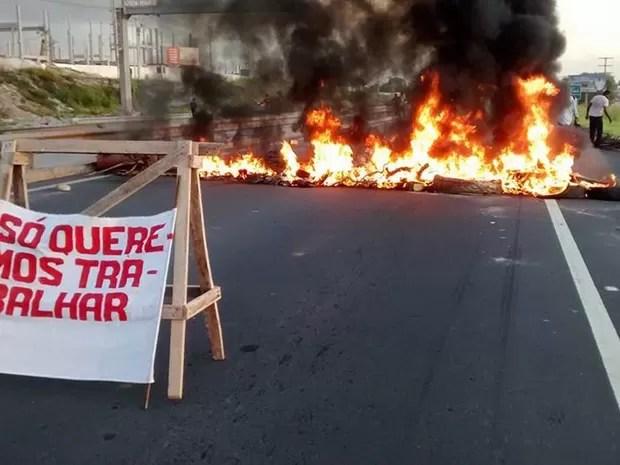 Grupo realiza manifestação na manhã desta segunda-feira, na Via Parafuso (Foto: Everaldo Lins / site Visão Diária)