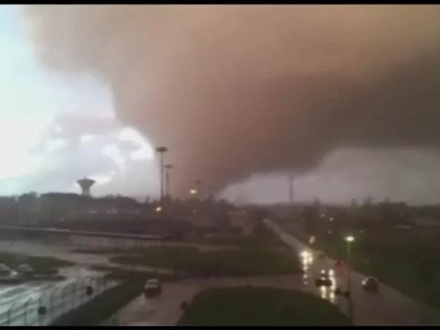 Imagens mostram passagem de tornado na Itália (Foto: Reprodução/ BBC)