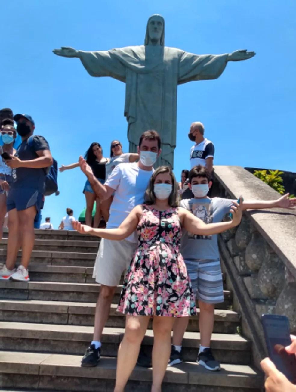 Caio e os pais em viagem ao Rio de Janeiro. — Foto: Laurismara Temponi/Arquivo Pessoal