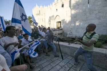 Israelenses com bandeiras entraram em confronto com cinegrafista palestino no Portão de Damasco, entrada de Jerusalém Antiga (Foto: Ammar Awad/Reuters)