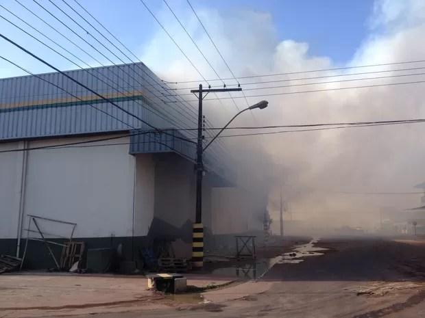 Oito viaturas do Corpo de Bombeiros foram acionadas para o local (Foto: Abinoan Santiago/G1)
