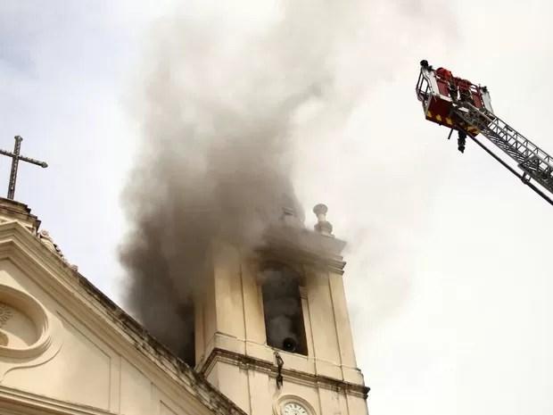 Militares usam escada magirius para combater fogo no alto da igreja (Foto: Jonathan Lins/G1)