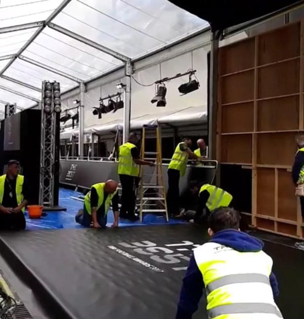 Funcionários realizam ajustes no London Palladium (Foto: Reprodução/Instagram)
