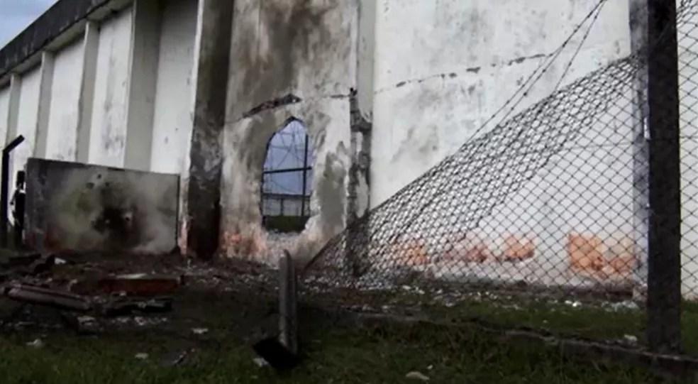 Muro da Penitenciária Estadual de Piraquara foi aberto com explosivos — Foto: Reprodução/TV Globo