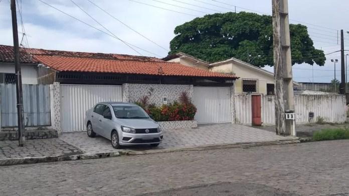 Um dos mandados de busca e apreensão é cumprido pelo Gaeco no bairro do Costa e Silva, em João Pessoa — Foto: Danilo Alves/TV Cabo Branco
