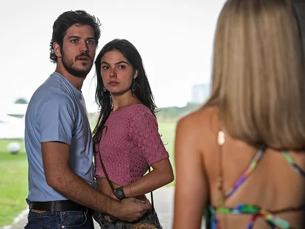 Sandra e Rafael levam um susto ao ver Vitória (Foto: Camila Camacho/TV Globo)