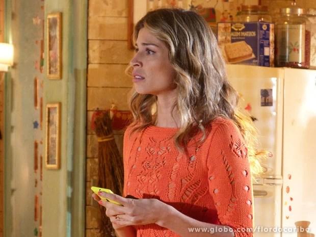 Ester não consegue falar com Samuel por telefone (Foto: Flor do Caribe / TV Globo)