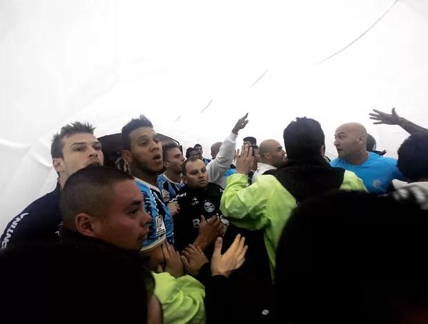 confusão jogo Huachipato Grêmio  (Foto: AP)
