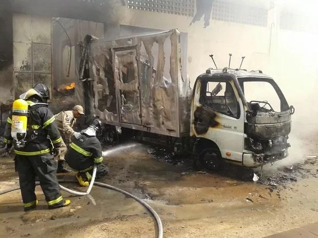 Caminhão que estava próximo ao local do incêndio ficou destruído (Foto: Waldson Costa/G1)
