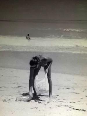 Ruth cata lixo na praia durante caminhada há 8 anos (Foto: Cecília Avelino/Acervo Pessoal)