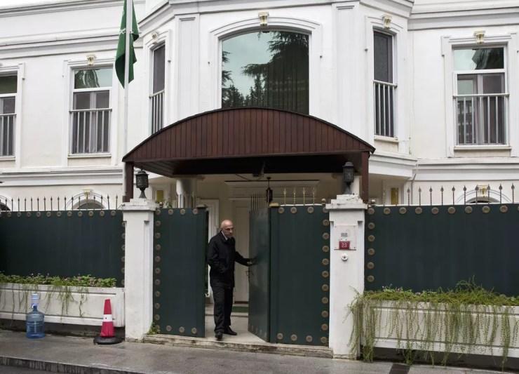 Segurança sai do consulado da Arábia Saudita em Istambul — Foto: Petros Giannakouris/ AP Photo