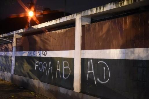 Pichações nos muros das Laranjeiras - Fluminense — Foto: André Durão