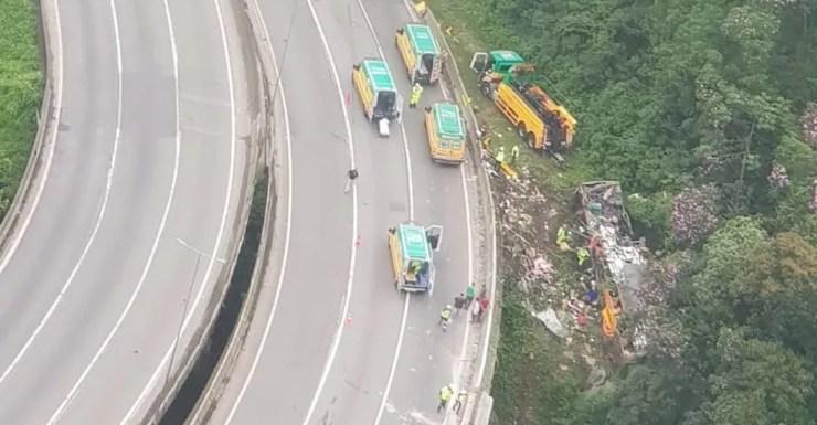 Ônibus saiu da pista na Curva da Santa, em Guaratuba, no Paraná — Foto: Divulgação/BPMOA
