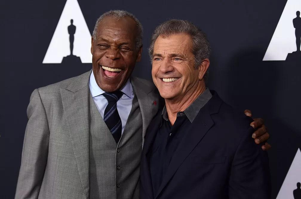 7 de junho - Os atores Danny Glover e Mel Gibson, que protagonizaram filmes da franquia 'Máquina Mortífera', posam juntos na chegada ao Tributo a Richard Donner em Beverly Hills, Califórnia (Foto: Jordan Strauss/Invision/AP)