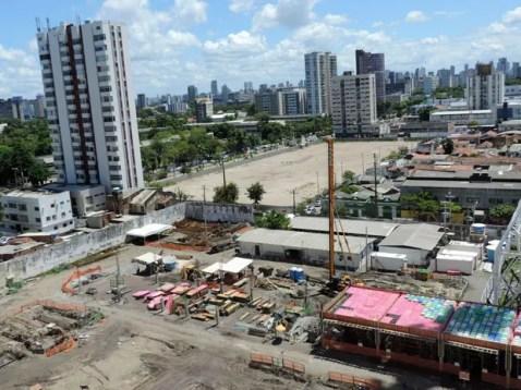 Canteiros de obras e prédios tomam conta do horizonte do bairro que antes era conhecido pela calmaria e casario centenário das ruas estreiras (Foto: Marina Barbosa / G1)