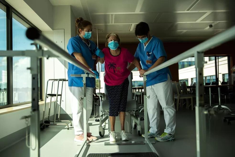 Paciente com Covid-19 passa por reabilitação no MontLegia CHC, em Liege, na Bélgica, em 19 de junho  — Foto: Francisco Seco/AP